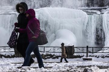 Ngắm thác nước lớn nhất thế giới bị đóng băng