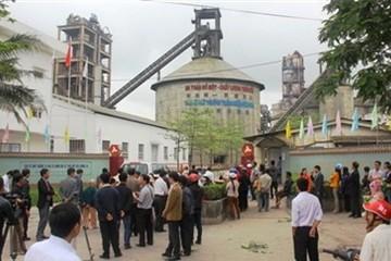 Người dân bao vây khiếu nại nhà máy ximăng