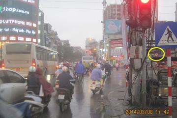 """Hà Nội: Người đi đường phải dùng """"ống nhòm"""" nhìn biển báo giao thông"""