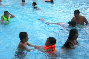 Bắt buộc trang bị áo phao cho học sinh mới học bơi