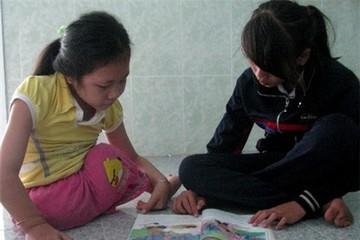 Cô bé 6 năm liền cõng bạn đến lớp