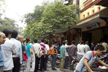 Xếp hàng, tự bê, trả tiền trước để ăn phở giá cao ở Hà Nội