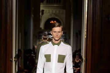Cổ điển mà hiện đại như sơ mi trắng cho nam của Valentino