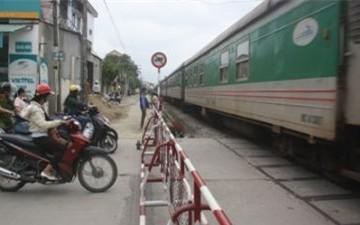Hà Nội thuê người cảnh giới tại các đường ngang giao cắt đường sắt
