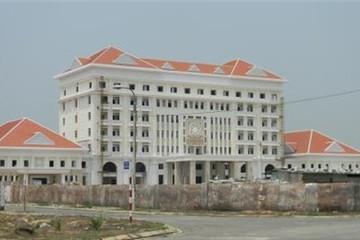 Tính toán của tỉnh nghèo khi xây nhà khách như cung điện