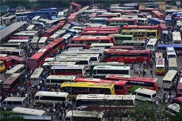 Hàng nghìn người tranh giành ghế xe khách rời Hà Nội