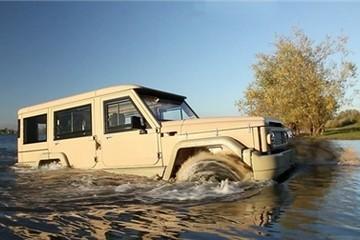 Toyota Land Cruiser chạy băng băng trên mặt nước