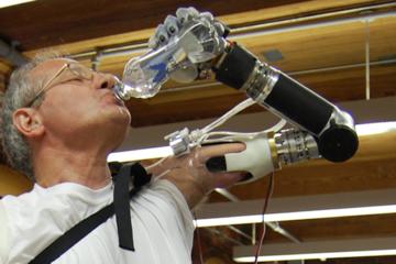 Phát minh mới: Cánh tay giả điều khiển bằng suy nghĩ của con người