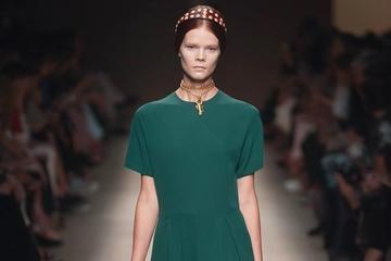 Váy xanh ngọc lục bảo quyến rũ của Valentino