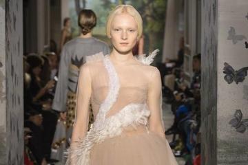 Nhẹ nhàng, quyến rũ với BST váy mới của Valentino