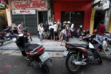 Người Hà Nội chen chúc mua xôi giá 5.000 đồng ở phố cổ