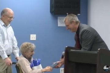 Cụ bà 99 tuổi nhận bằng tốt nghiệp sau 75 năm chờ đợi