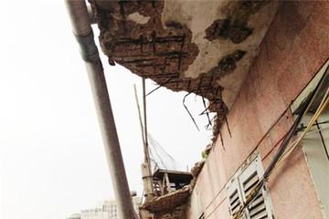 Phá dỡ toàn bộ một chung cư đã xuống cấp nghiêm trọng