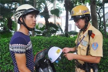 Dân ngỡ ngàng bị xử phạt vì mũ 'không đủ 3 lớp'