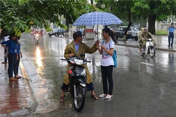 Đội mưa đi làm thủ tục thi, nhiều sĩ tử đến nhầm trường