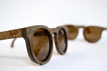 Độc đáo kính mắt làm từ... cây gai dầu