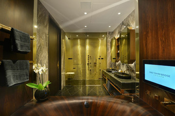 Bồn tắm bằng gỗ cực sang trọng trong căn hộ cao cấp tại Anh Quốc