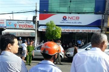 Bao vây trụ sở đòi nợ cán bộ ngân hàng NCB