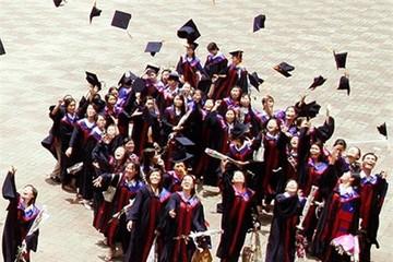 Bằng tốt nghiệp sai sót, hàng trăm tân cử nhân méo mặt