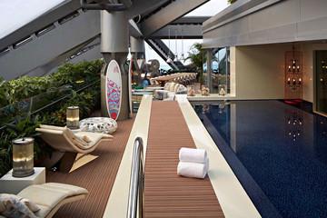 Khám phá phòng khách sạn hạng sang với bể bơi trong nhà