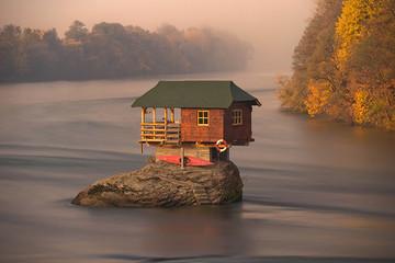 Độc đáo ngôi nhà nằm giữa dòng sông ở Serbia