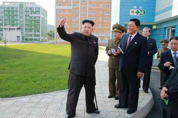 Ông Kim Jong-un chống gậy, tái xuất trước công chúng