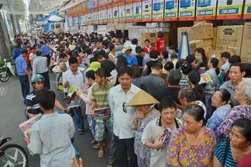 Hàng ngàn người chen chân săn hàng giảm giá