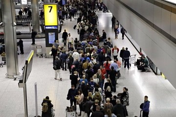 Sự cố khiến các sân bay London tê liệt là