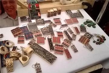 Thu hơn 200 triệu đồng nhờ bán đồ trang sức làm từ gỗ vụn
