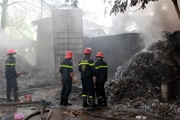 Hàng trăm người dân hoảng loạn do cháy kho phế liệu