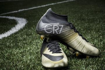 Giày đính kim cương thiết kế riêng cho Cristiano Ronaldo
