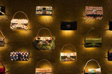 Rihanna, Sarah Jessica Parker và nhiều sao bự thiết kế túi cao cấp Fendi 3Baguettes