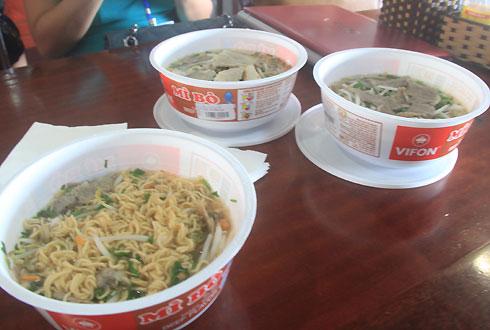 Bị phạt 8 triệu đồng vì bán mỳ tôm giá cao ở Nội Bài