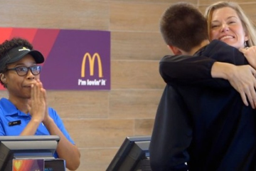 McDonald's chấp nhận thanh toán bằng … ôm và chụp ảnh tự sướng