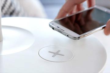 Nội thất công nghệ cao sạc smartphone không cần dây cáp