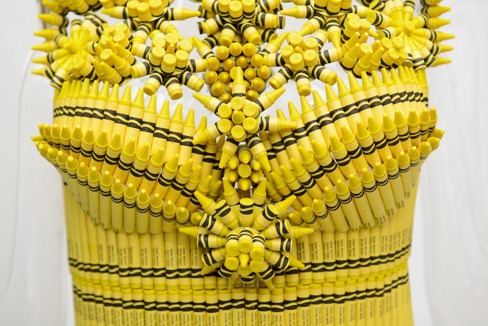 """""""Window shopping"""" những chiếc váy làm từ bút chì màu ở Bloomingdales NYC"""
