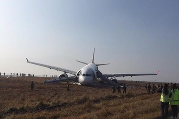 Máy bay Thổ Nhĩ Kỳ gãy bộ phận hạ cánh, trượt đường băng