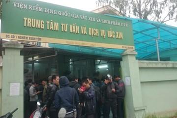 Hà Nội: Xếp hàng từ tờ mờ sáng để mua vắc xin