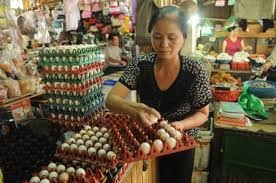 Trứng tồn nhiều, giá giảm mạnh