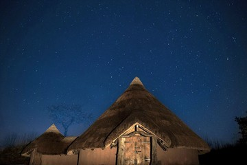 Trải nghiệm cuộc sống thời kì đồ sắt bên trong túp lều cổ ở Anh