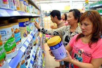 Giá sữa nguyên liệu thế giới giảm mạnh, sữa VN giữ nguyên
