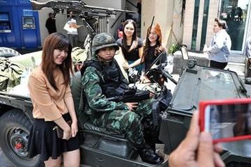 Thái Lan gỡ thiết quân luật, công ty tour vui mừng