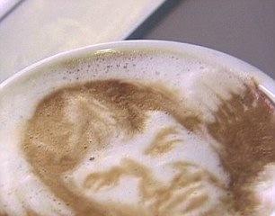 Cùng thưởng thức tách cafe có in hình mặt người đặc biệt