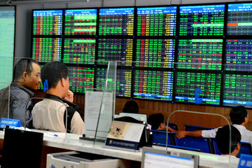 VCB, MSN và VNM 'bùng nổ', VN-Index vượt mốc 590 điểm