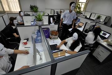 Công ty Trung Quốc cho nhân viên đeo mặt nạ đi làm