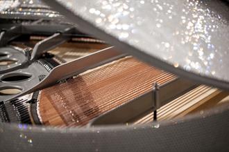 Chiêm ngưỡng cây đàn Piano xa xỉ đính hơn 500.000 viên kim cương