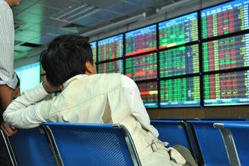 VNM, FPT và BVH tăng mạnh, VN-Index vượt 615 điểm