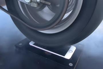 """""""Tra tấn"""" iPhone 6s vàng hồng bằng xe Ducati"""