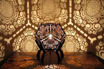 Những chiếc đèn tỏa sáng với hoa văn kì ảo