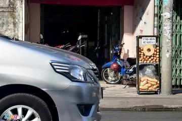 Thùng bánh mì miễn phí thu hút người nghèo ở Sài Gòn